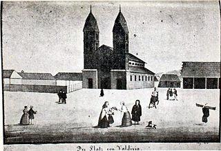Plaza de Armas de Valdivia en 1755, junto a la antigua Catedral y el camino al muelle, actual Paseo Libertad.